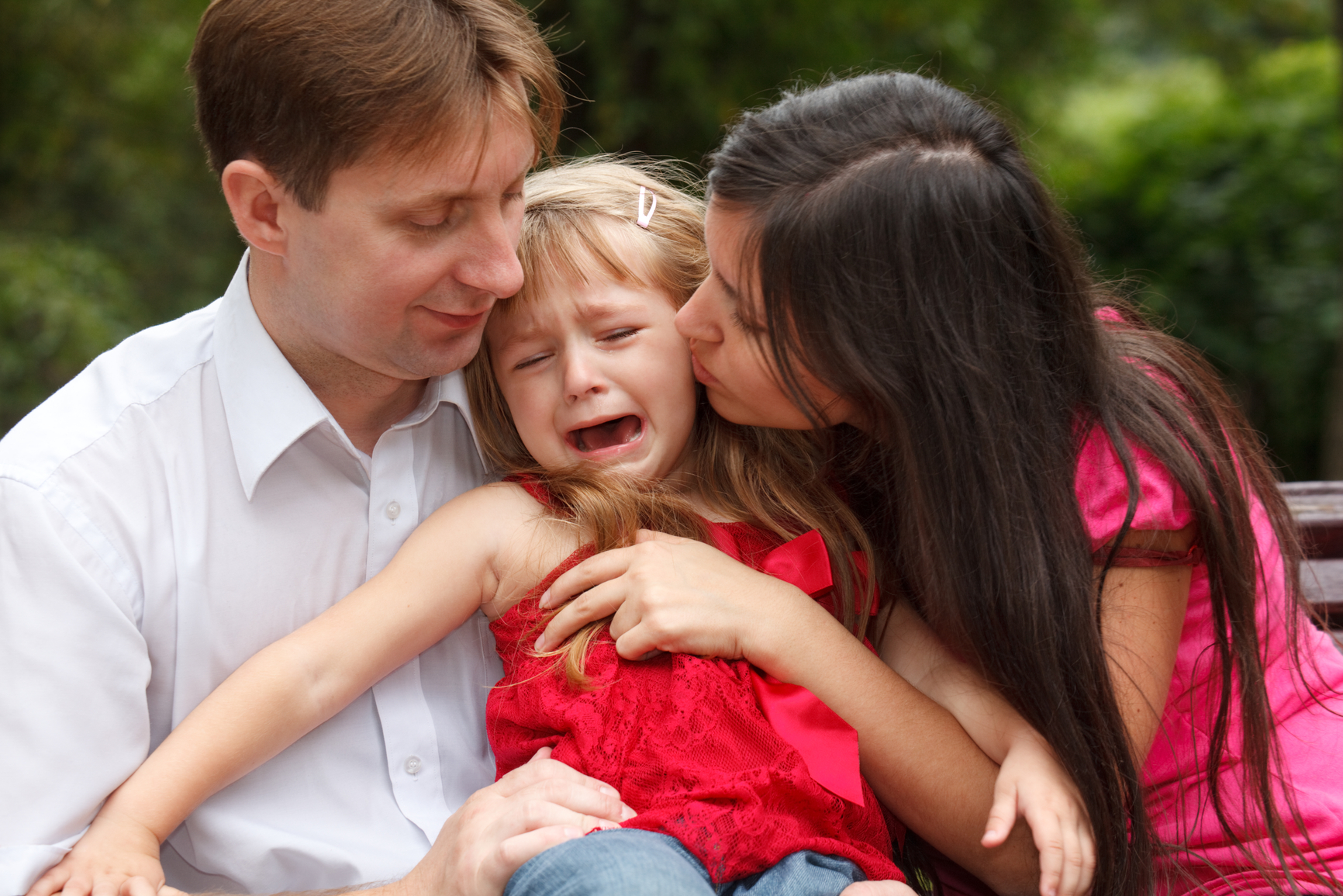 Płaczące dziecko w objęciach rodziców /Ilustracja do tekstu: Nieudane adopcje. Rozmowa z dyrektor interwencyjnego ośrodka preadopcyjnego w Otwocku