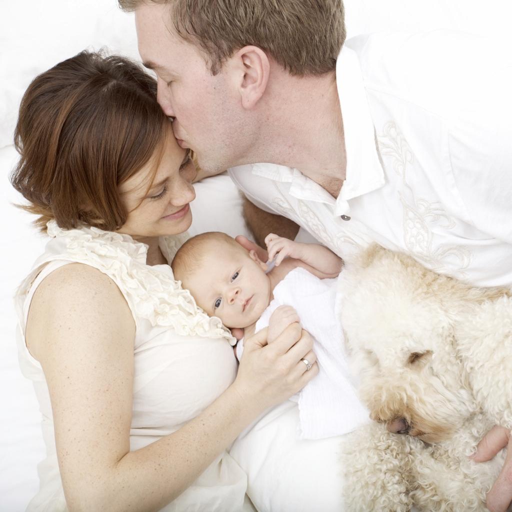 Szczęsliwa para przytulająca dziecko /Ilustracja do tekstu: Trudna rozmowa o in vitro: kiedy i jak rozmawiać z bliskimi o in vitro