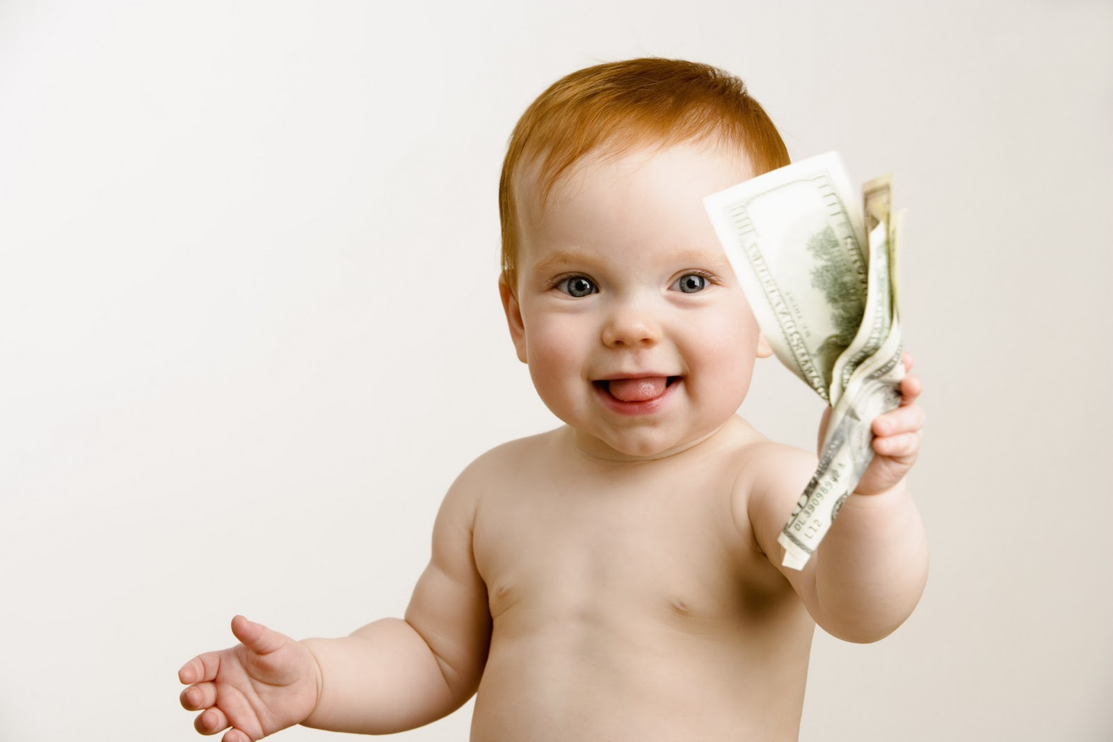 Uśmiechnięte niemowlę z plikiem banknotów /Ilustracja do tekstu: Dofinansowanie in vitro w Chojnicach. rusza rekrutacja; kto może się zgłosić?