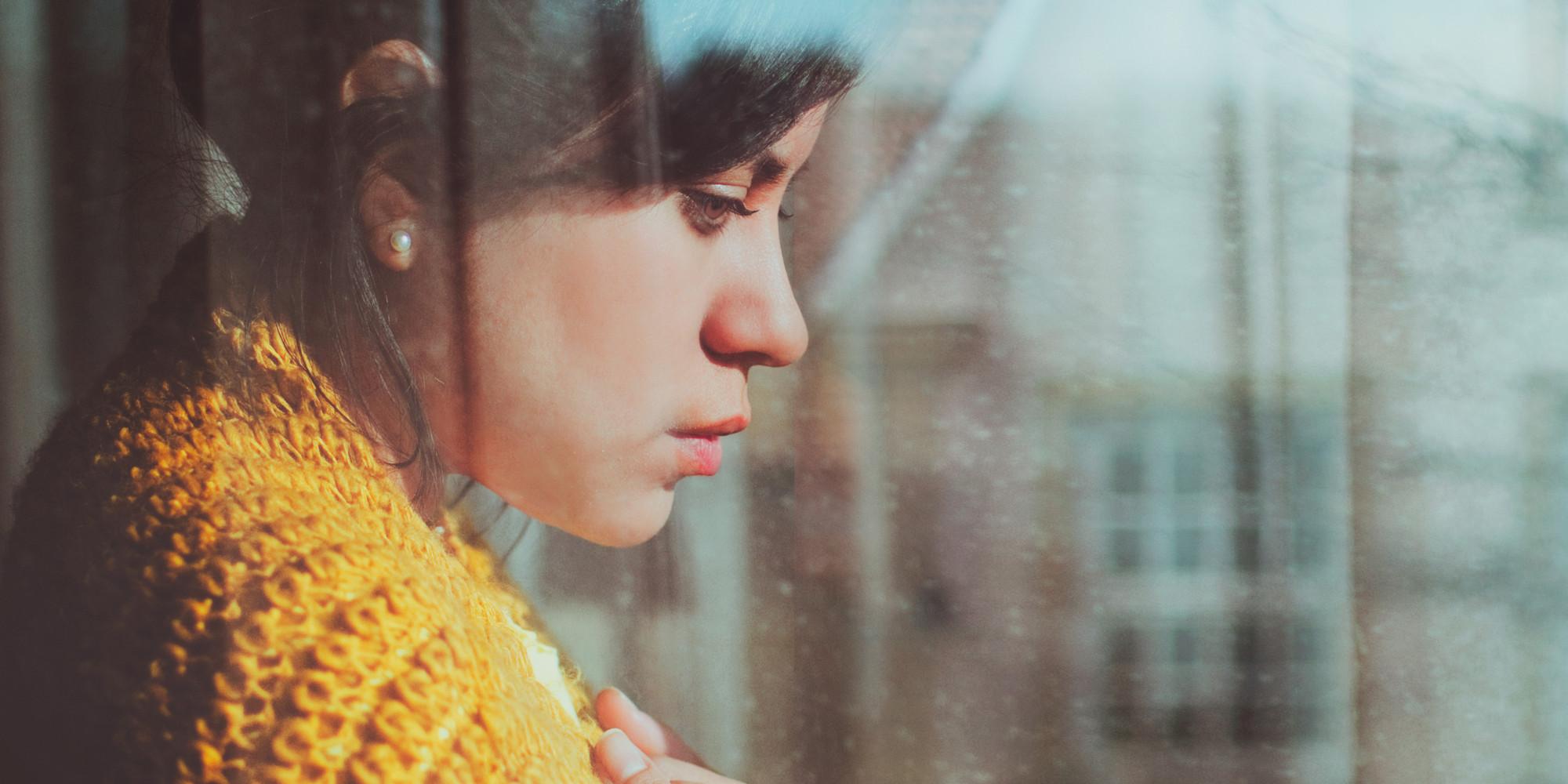 Smutna kobieta spogląda przez okno / Ilustracja do tekstu: Szpital psychiatryczny za myśl o aborcji? Nowa propozycja Ordo Iuris