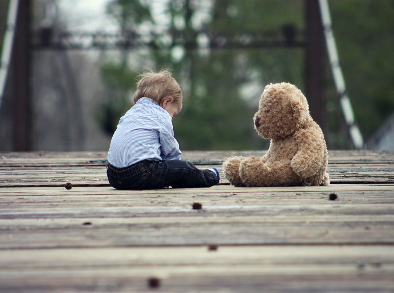 Dziecko na pomoście z misiem