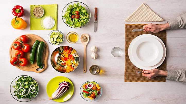 Stół, na nim kolorowe potrawy /Ilustracja do tekstu: Dieta a męska niepłodność. Likopen