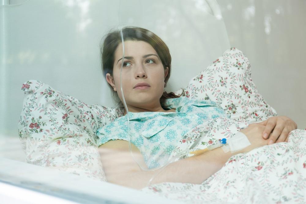 Kobieta na łóżku szpitalnym
