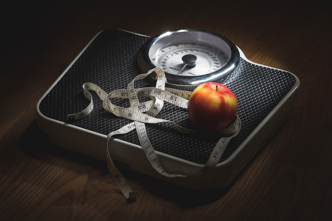 Jablko na wadze /Ilustracja do tekstu: Otyłość a niepłodność męska