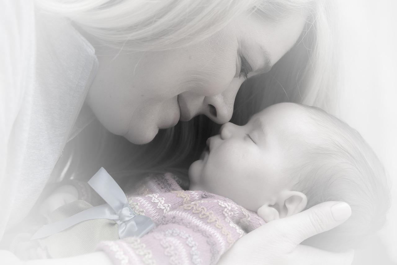 Zbliżenie na mamę przytulającą noworodka /Ilustracja do tekstu: Rejestracja narodzin dziecka przez internet już działa
