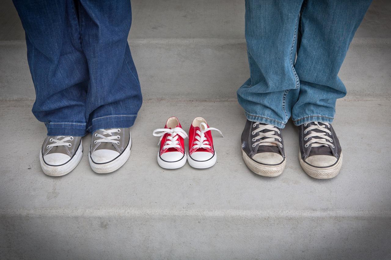 Na zdjęciu: Para, pomiędzy nimi dziecięce buciki /Ilustracja do tekstu: Pacjenci nie godzą się na ograniczenie in vitro. Oddolna walka ws. zmian ustawy o in vitro