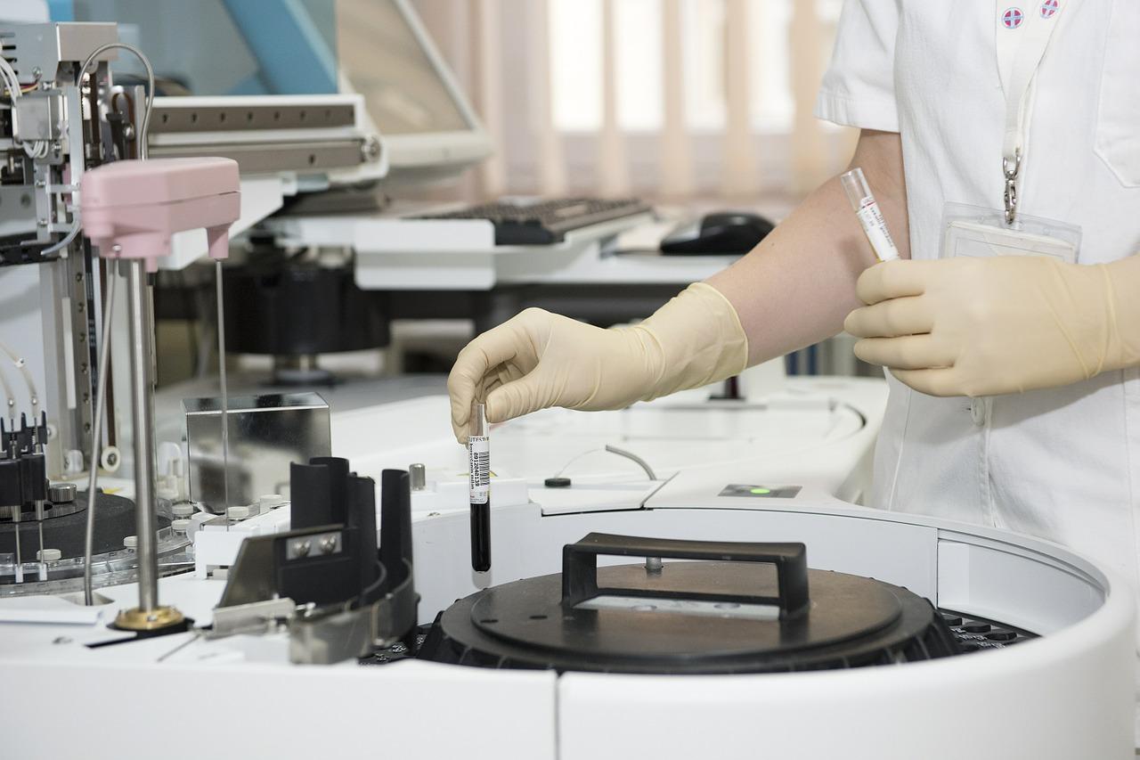 """Technik w laboratorium /Ilustracja do tekstu: """"Mrożenie zarodka - na czym polega ten proces"""""""
