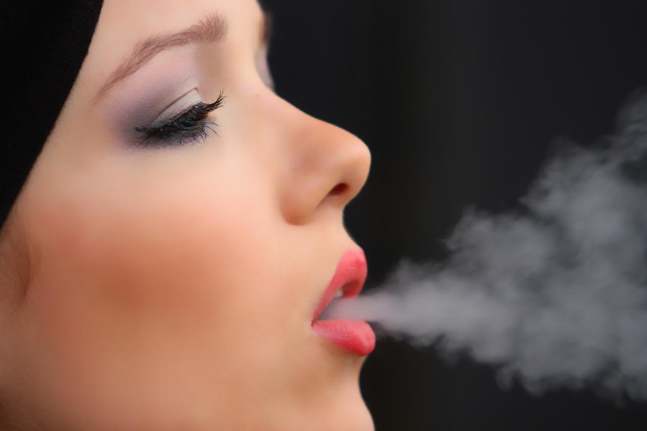 Kobieta paląca /Ilustracja do tekstu: palenie a płodność