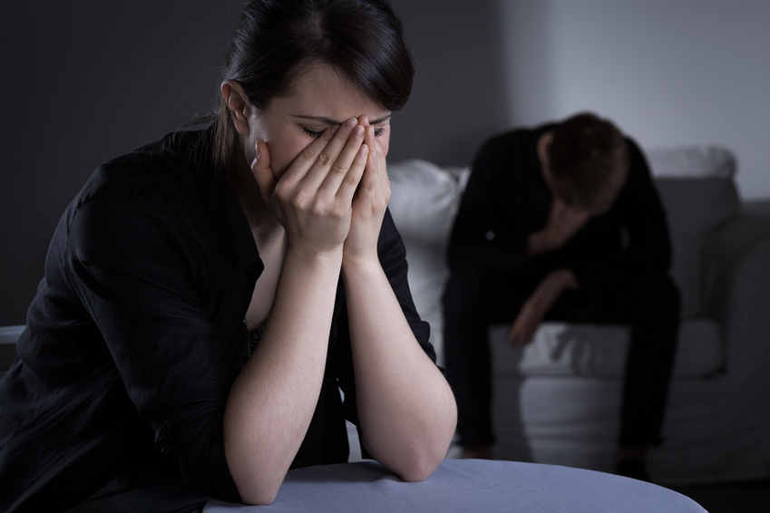 Smutna kobieta zakrywa twarz dłońmi /Ilustracja do tekstu: Wczesna strata ciąży. Rodzaje poronień