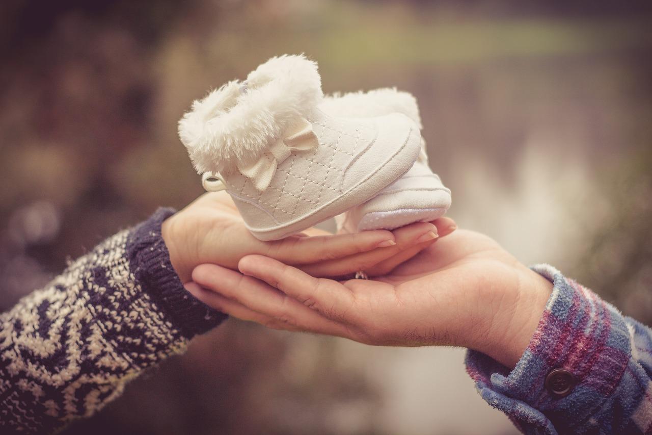 Dziecięce buciki w dłoni