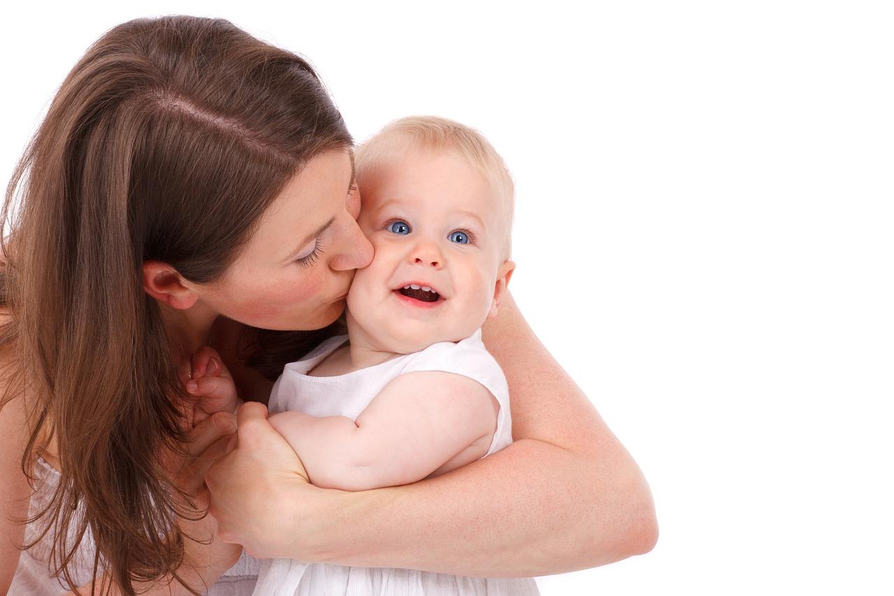 Kobieta caluje niemowlę