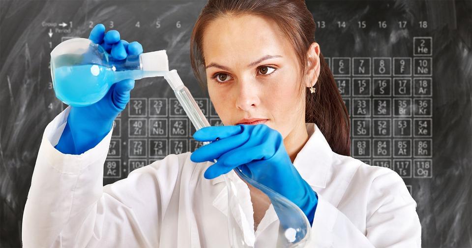 Kobieta w laboratorium chemicznym