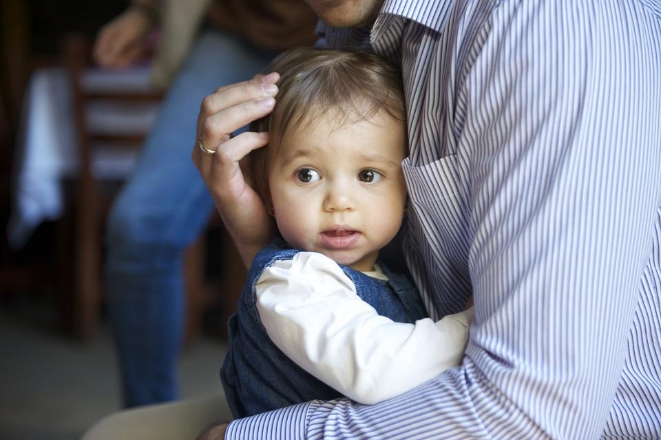 Ojciec przytulający małe dziecko /Ilustracja do tekstu: Test na ojcostwo. Koszt ustalenia ojcostwa