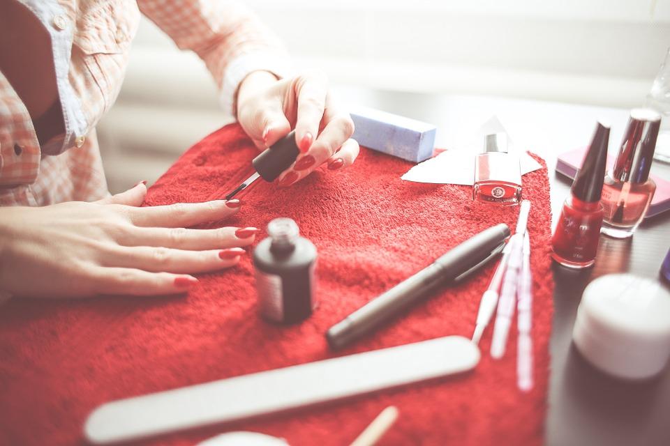 Kobieta maluje paznokcie