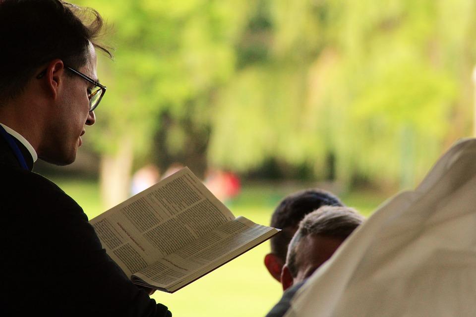 Ksiądz czytający pismo święte