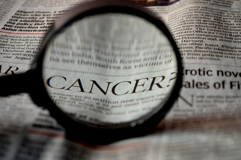 """Lupa wskazuje napis """"Rak"""" w gazecie"""