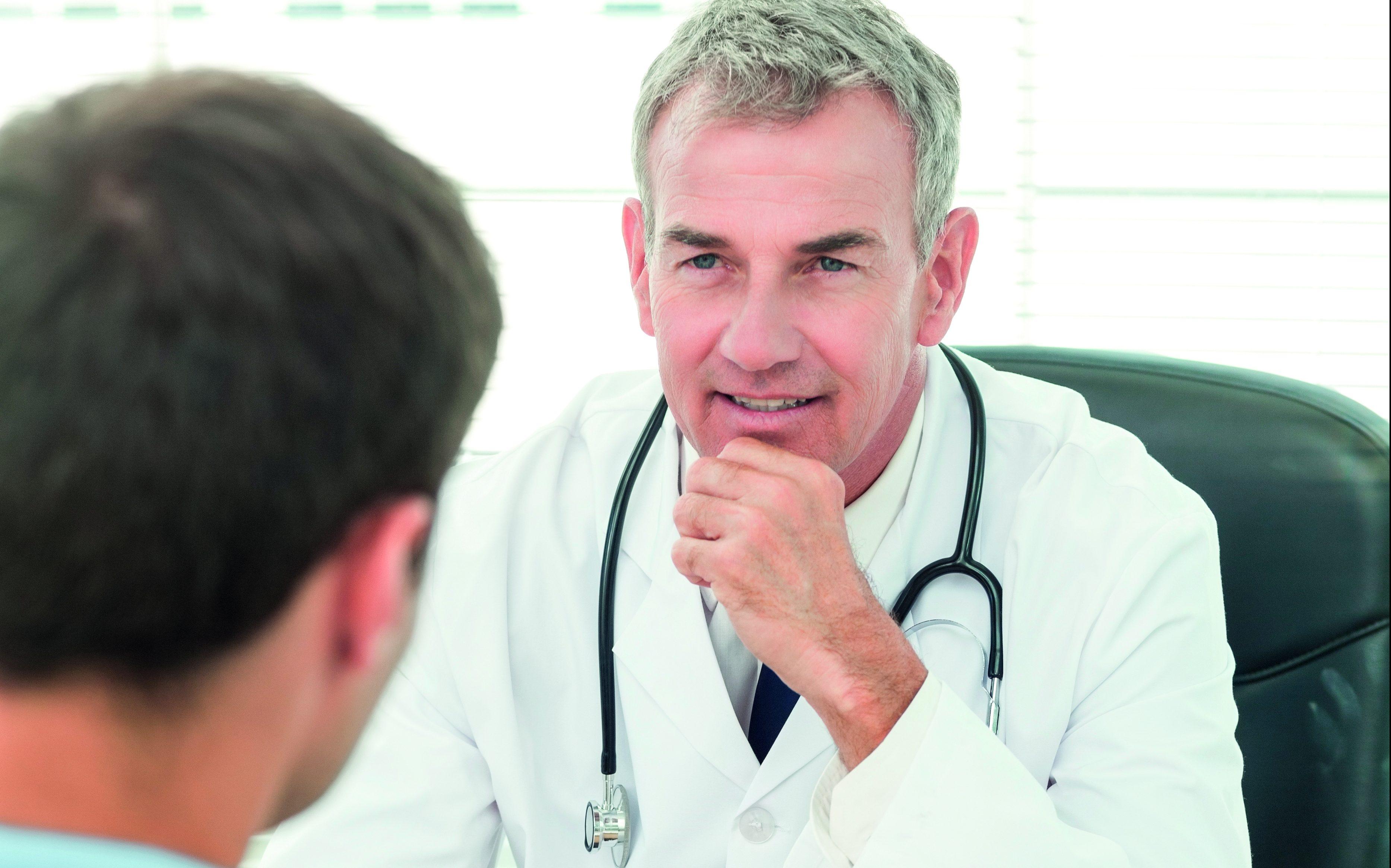 Mężczyzna rozmawia z lekarzem /Ilustracja do tekstu: Warsztaty Invimed dla mężczyzn