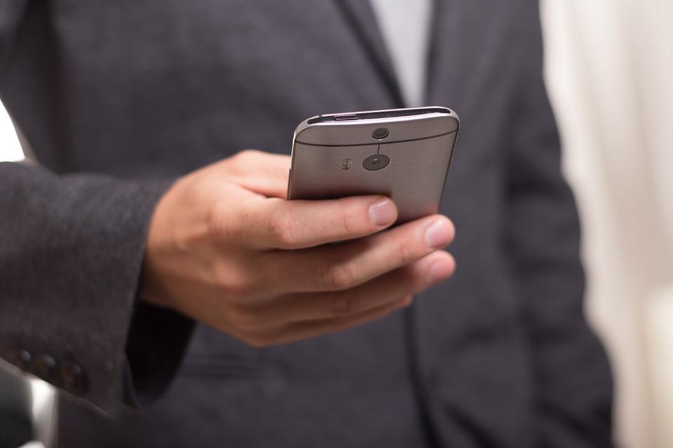 Smartfon w dłoni męzczyzny