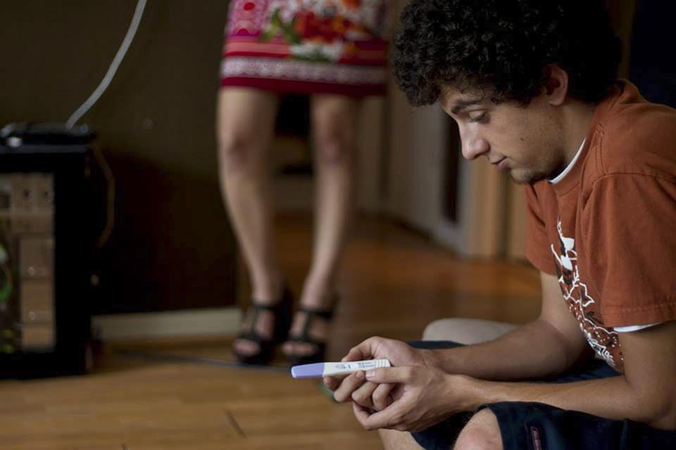 Mężczyzna trzyma w ręku test ciążowy