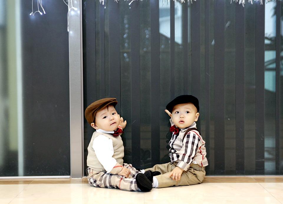 Dwójka małych chłopców w kaszkietach /Ilustracja do tekstu pt. Dane przesłaniające