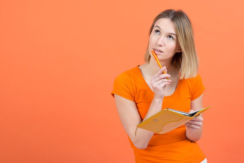 Zamyślona kobieta nad kalendarzem/ Ilustracja do: cykl miesiączkowy, owulacja