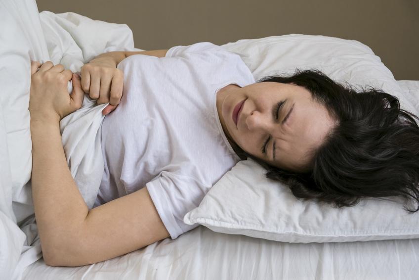Kobieta na szpitalnym łóżku /Ilustracja do tekstu: Jak zabezpieczyć materiał po poronieniu