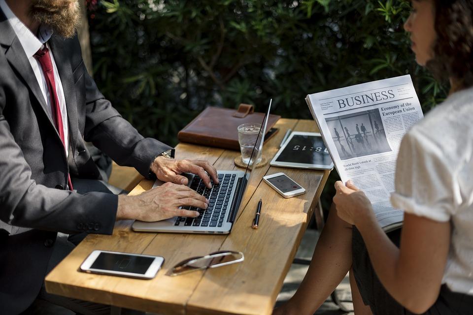 Pracownicy podczas pracy przy laptopie