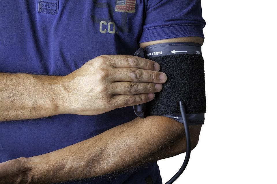 Ratownik medyczny mierzy ciśnienie krwi /Ilustracja do tekstu: Bezpłatne badania w rzeszowskim ośrodku