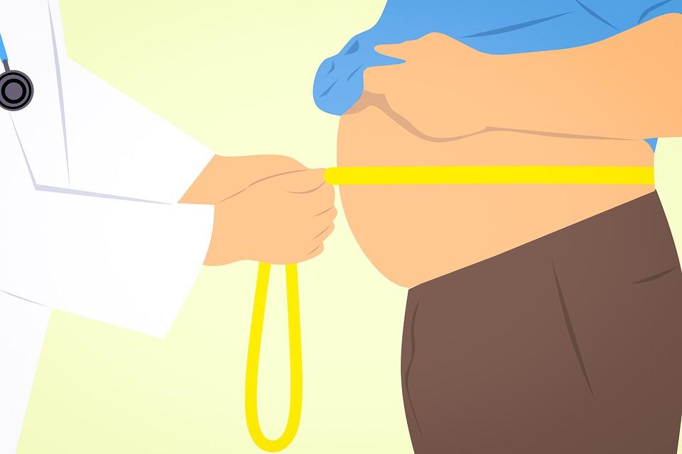Grafika przedstawiająca lekarza, który mierzy brzuch pacjenta centymetrem /Ilustracja do tekstu: Leczenie otyłości II i III stopnia