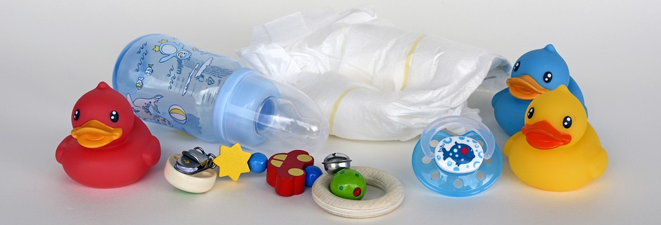 Dziecięce akcesoria: butelka, pielucha, zabawka /Ilustracja do tekstu: Mniejsza refundacja na pieluchy dla dzieci z niepełnosprawnością