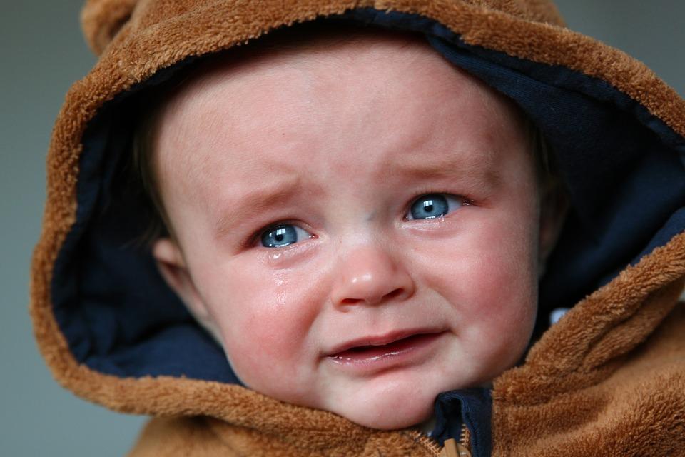 Zapłakane dziecko /Ilustracja do tekstu: Fundacja Gajusz i Tuli Luli pomagają opuszczonym dzieciom. Bo samotność nie jest dla dzieci