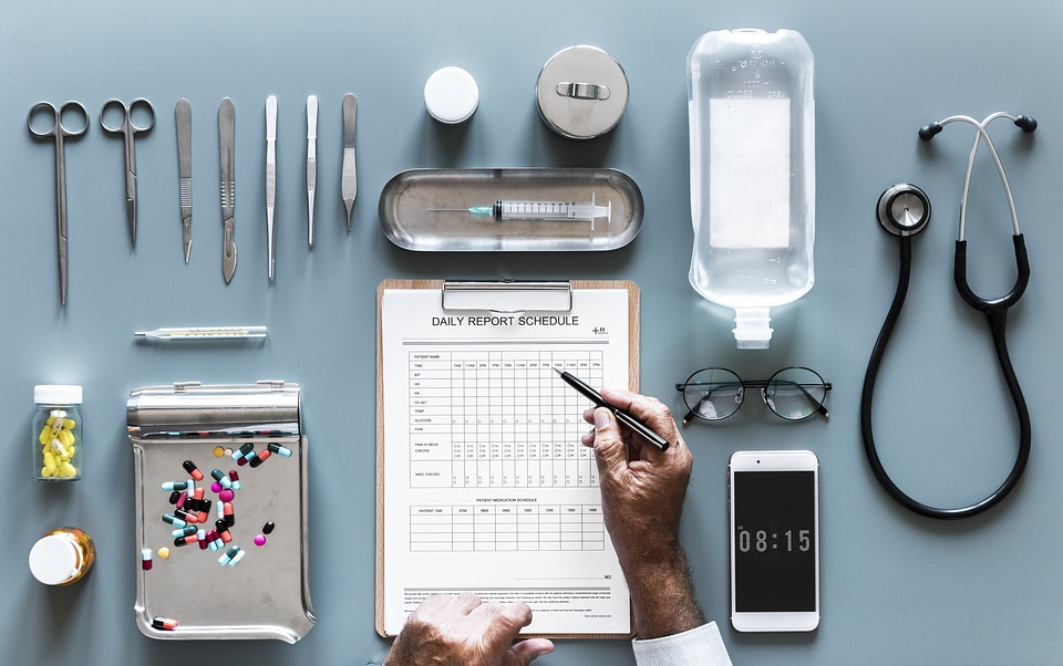 """Narzędzia lekarskie, karta pacjenta i telefon /Ilustracja do tekstu"""" Ruszył projekt Łączy nas pacjent. Infolinia dla pacjentów"""