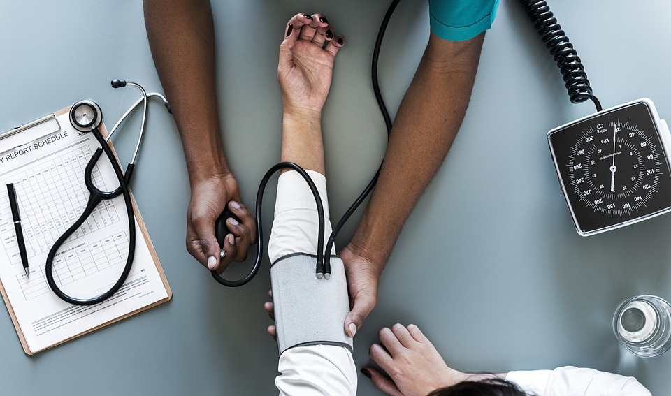 Lekarz przeprowadza badanie ciśnienia u pacjentki /Ilustracja do tekstu: Badanie piersi i profilaktyka na Dzień Kobiet w Tuchowie