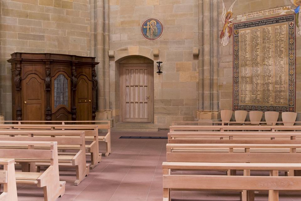 Wnętrze kościoła: ławki i konfesjonał /Ilustracja do tekstu: Spowiedź po in vitro. Czy można otrzymać rozgrzeszenie?