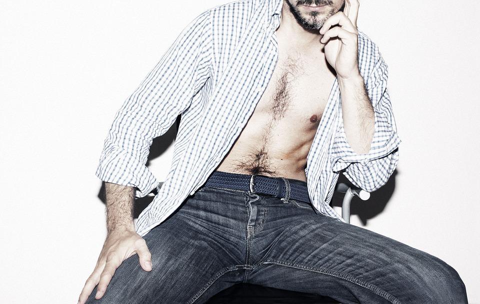 Mężczyzna z rozpiętą koszulą /Ilustracja do tekstu: Mała liczba plemników do symptom chorób
