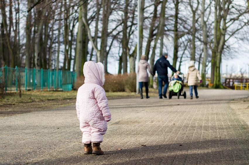 Dziecko patrzy na szczęśliwą rodzinę w oddali /Ilustracja do tekstu: Niepłodność wtórna też boli