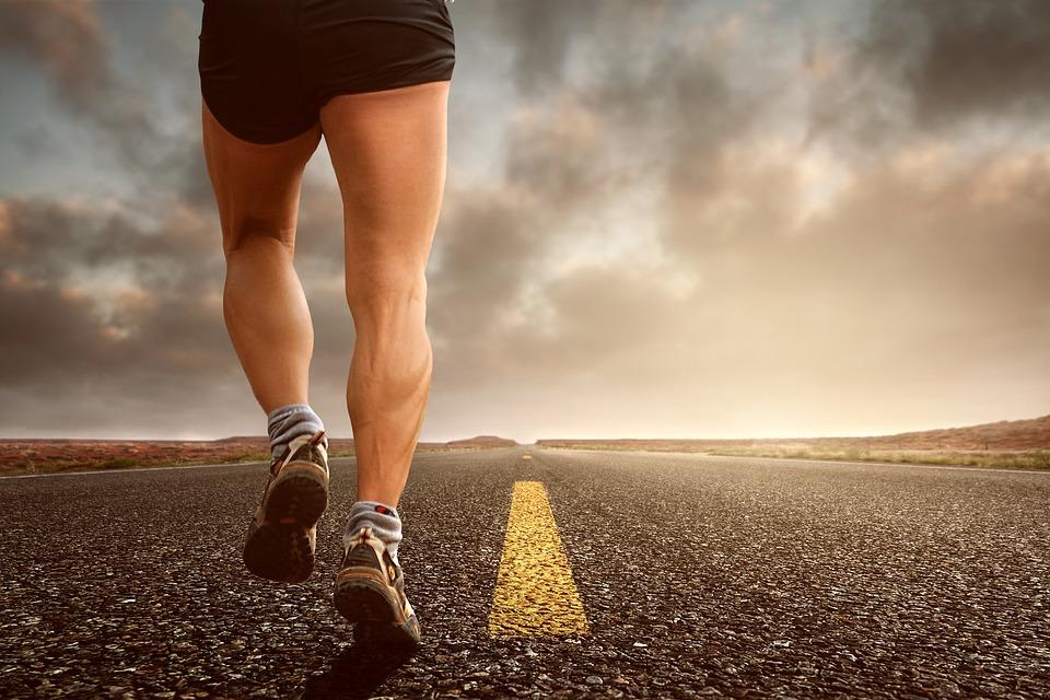 Mężczyzna biegnie po ścieżce w promieniach zachodzącego słońca /Ilustracja do tekstu: Wysiłek fizyczny a płodność męska