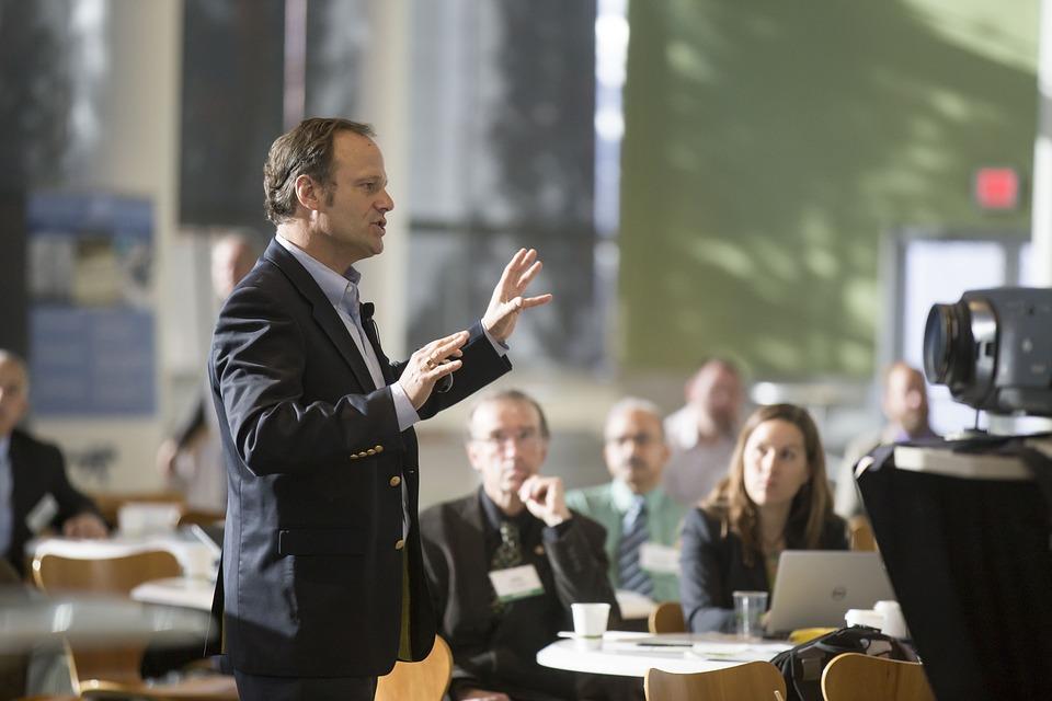 Mężczyzna mówi do tłumu podczas konferencji /Ilustracja do tekstu: Bydgoskie Dni Bioetyczne pod patronatem izby lekarskiej. Wśród prelegentów Kaja Godek