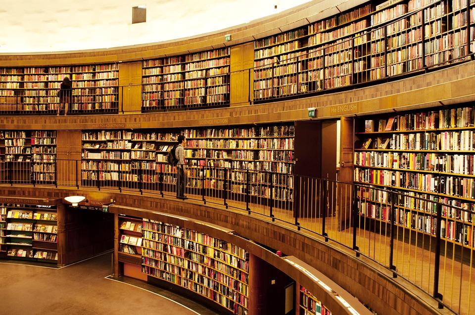"""Na zdjęciu: biblioteka - widok półek pełnych książek. Ilustracja do tekstu: Targi Wydawców Katolickich. """"Wobec in vitro"""" z wyróżnieniem FENIKS"""