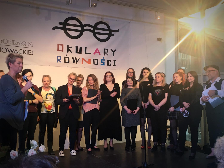 """Gala Okulary Równości na scenie nominowani w kategorii """"Prawa kobiet i przeciwdziałanie dyskryminacji"""""""