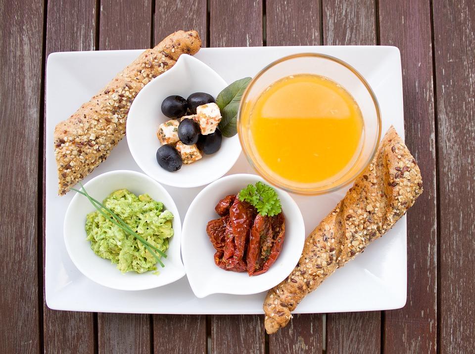 Talerz z estetycznie podanymi produktami śniadaniowymi /Ilustracja do tekstu: Dieta na męską plodność