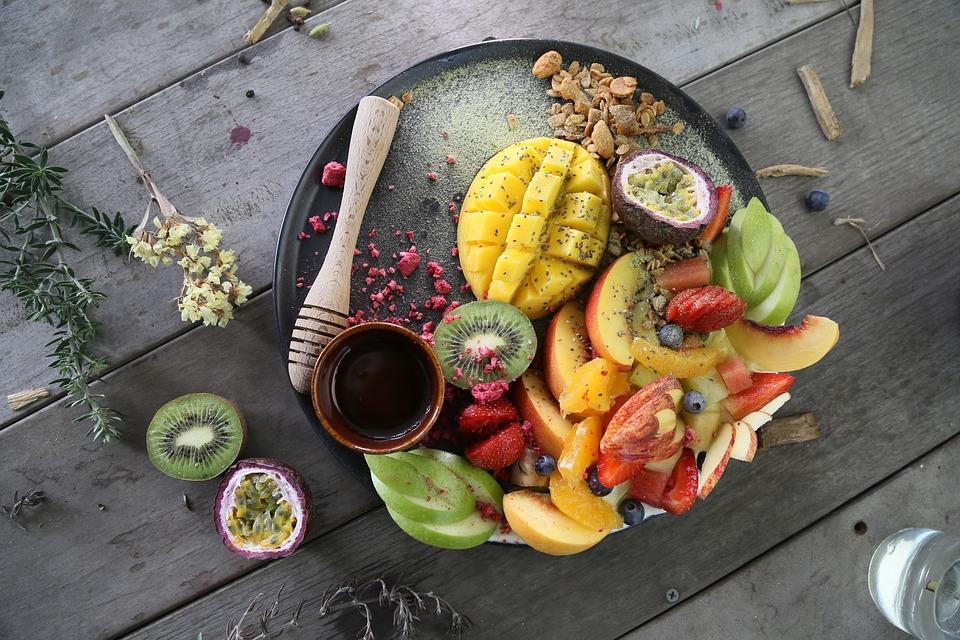 Pokroje warzywa i owoce na tacy /Ilustracja: Stres okscydacyjny. Jak poprawić jakość nasienia