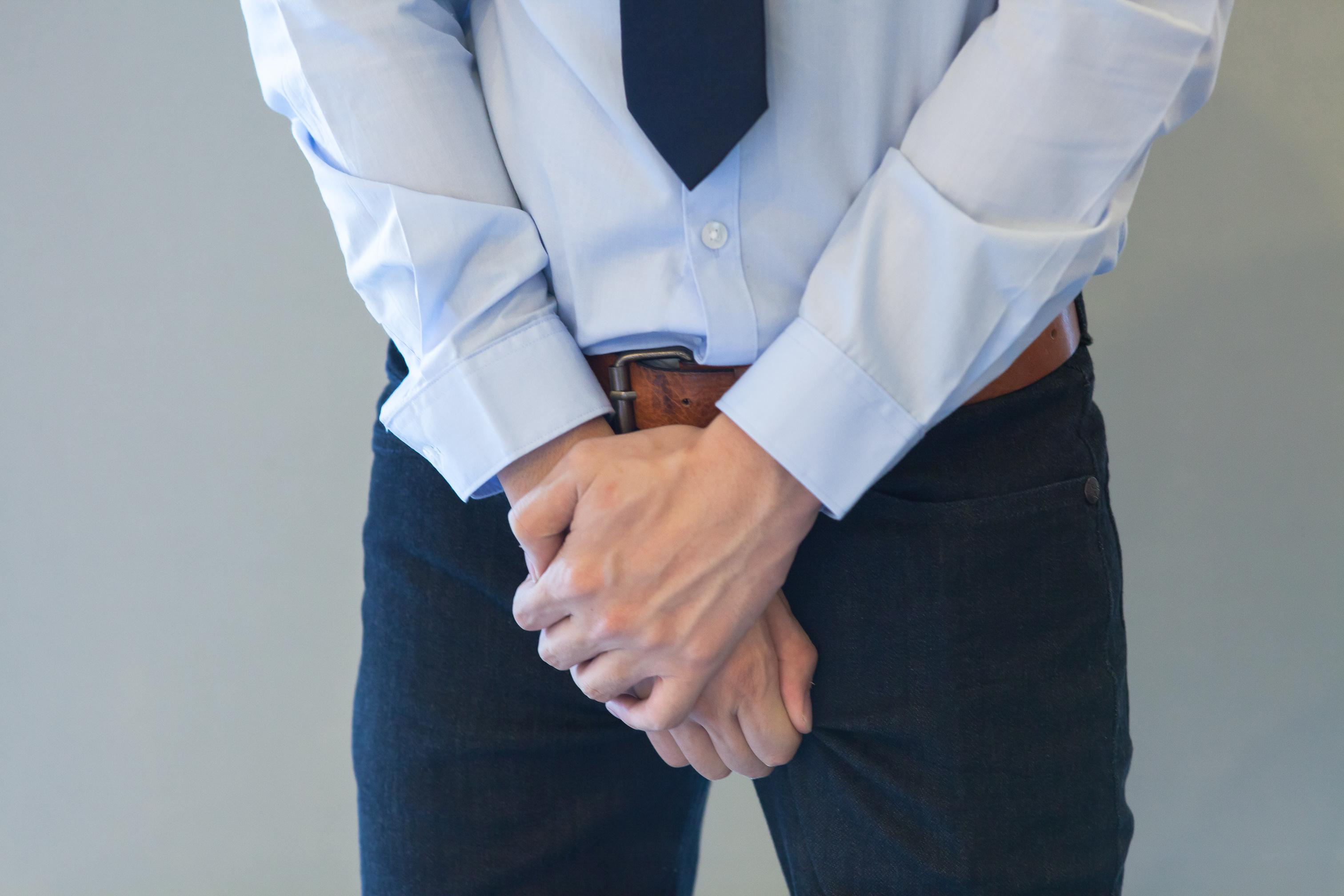 Mężczyzna trzymający złożone dłonie na wysokości krocza /Ilustracja do tekstu: Rak gruczołu krokowego atakuje coraz więcej mężczyzn. Jest skuteczne leczenie, ale nie dla wszystkich