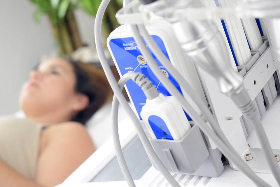 Aparat medyczny, na drugim planie: kobieta na szpitalnym łóżku /Ilustracja do tekstu: Aborcja terapeutyczna. Kontrowersyjne stanowisko Naczelnej Rady Lekarskiej