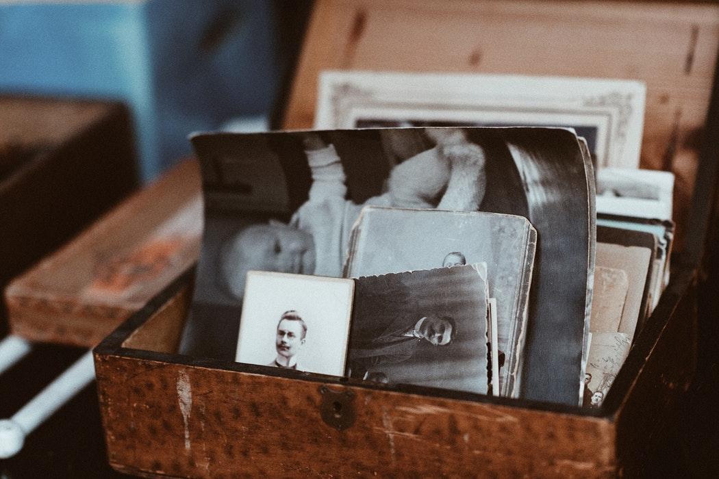 Skrzynka z rodzinnymi zdjęciami /Ilustracja do tekstu: Jak w Polsce wyglądają poszukiwania biologicznych krewnych