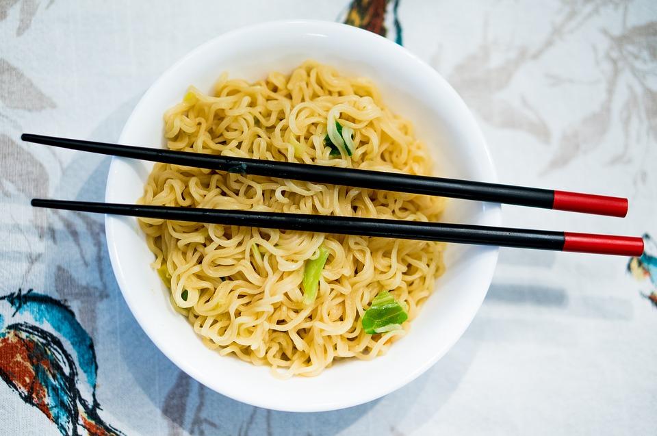 Zupka chińska w okrągłej misce, na niej pałeczki /Ilustracja do tekstu: Gdzie znajdują się tłuszcze trans? Teraz to sprawdzisz