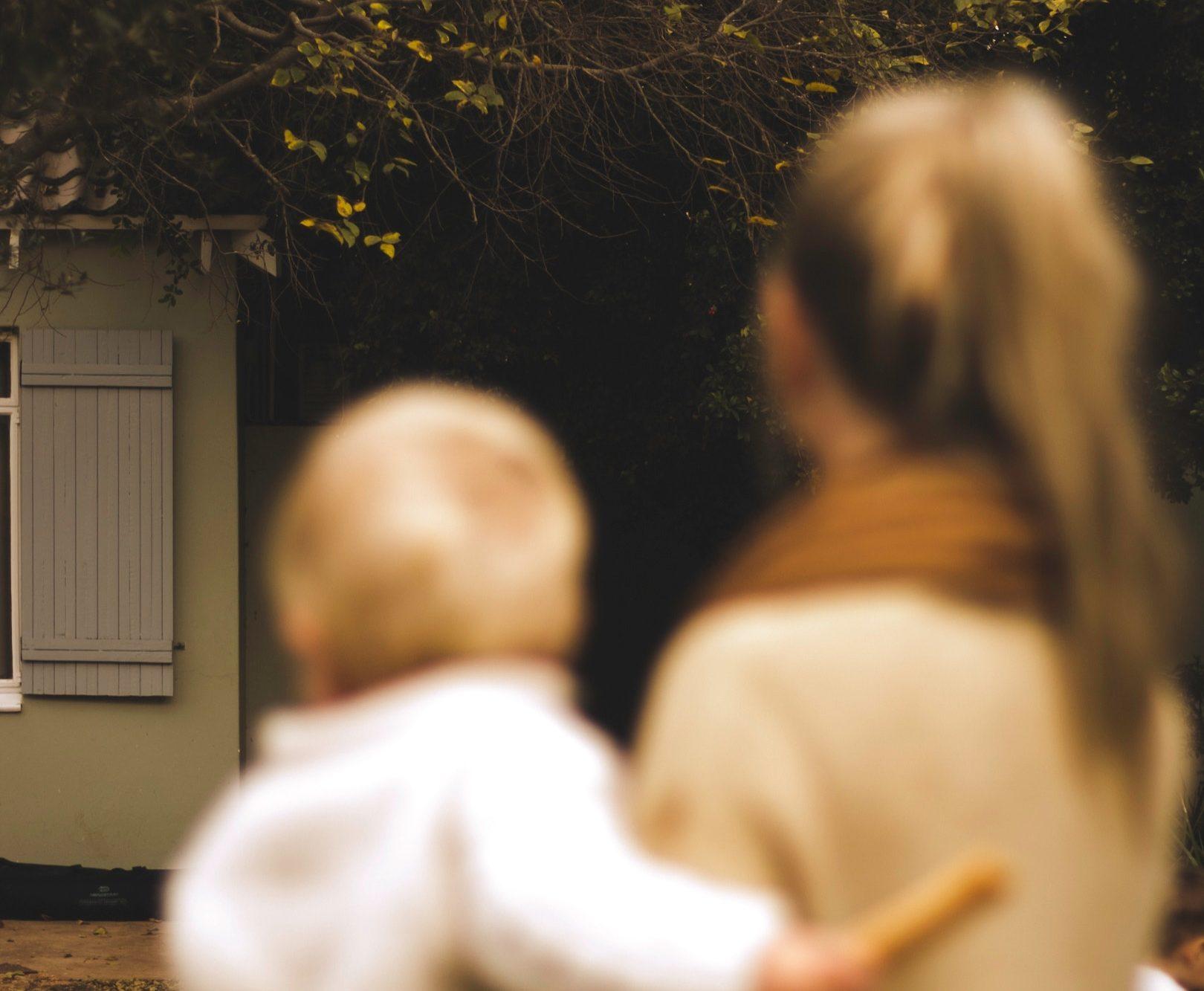 Niewyraźne zdjęcie matki i dziecka /Ilustracja do tekstu: Dzień Matki a niepłodność