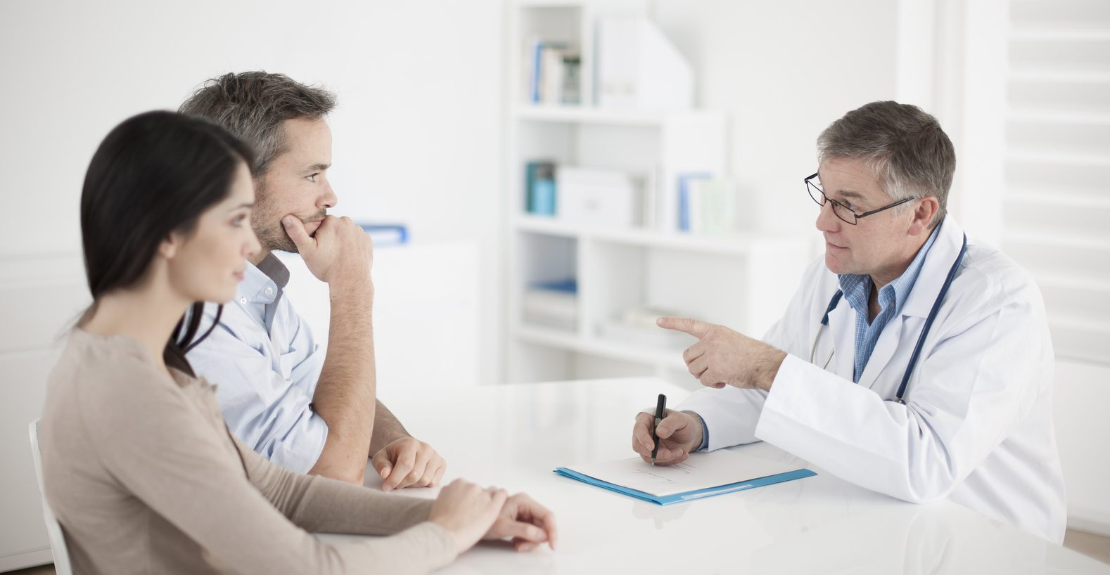 Para u lekarza /Ilustracja do tekstu: Nie tylko ginekolog. 7 specjalistów od niepłodności /Transfer zarodków z rządowego programu in vitro: płatny czy nie?