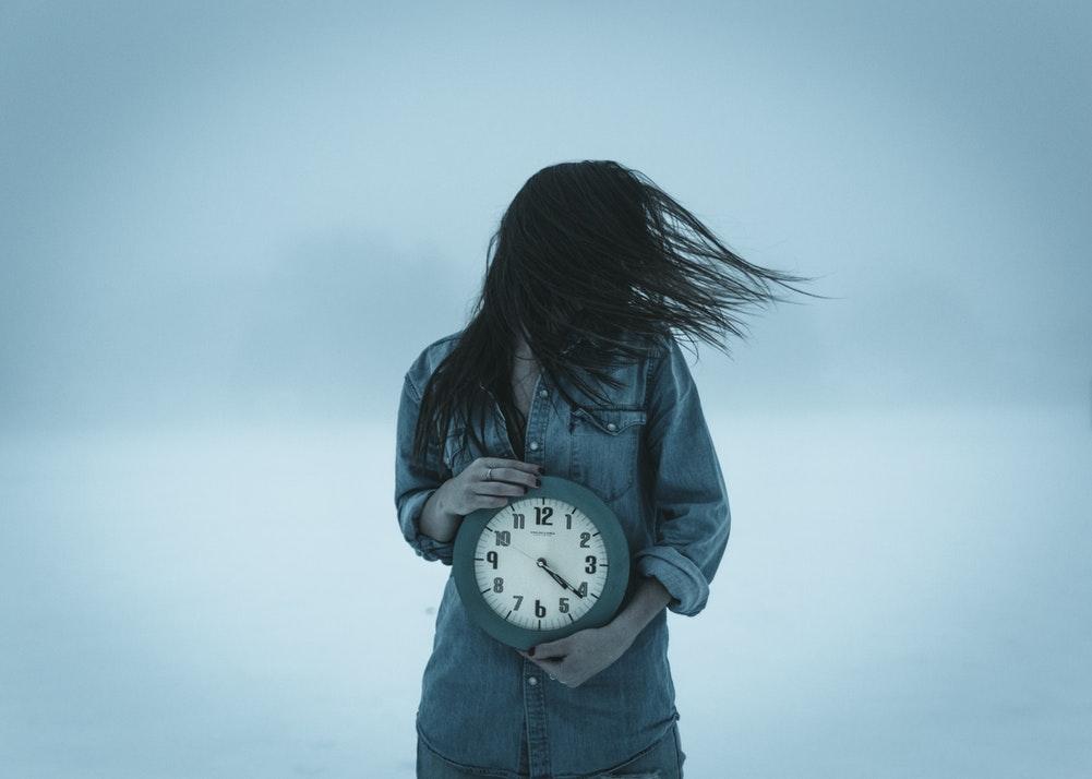 Kobieta z zegarem w rękach /Ilustracja do tekstu: Kongres Psychiatrii Nieoczywistej: kiedy umysł walczy z ciałem