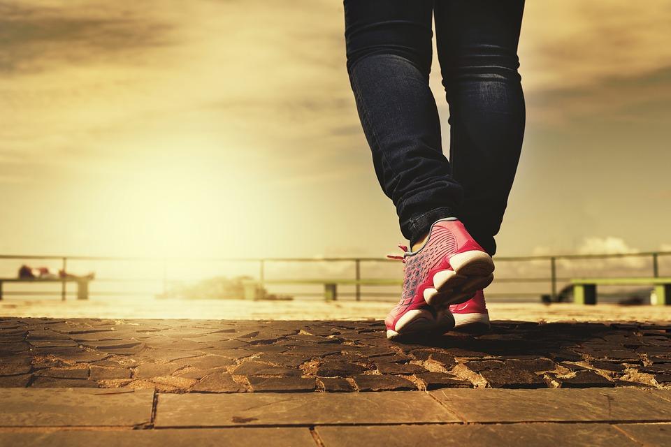 Ścieżka, na niej kobiece nogi w sportowym obuwiu /Ilustracja do tekstu: Spacer pomoże zajść w ciążę kobietom po poronieniach